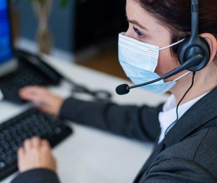 Callcenter Mitarbeiterin bei der Arbeit vor dem Computer