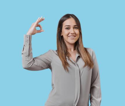 stewards Mitarbeiterin hält den rechten Arm hoch und zeigt das Okay-Zeichen.